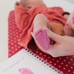 Voetafdruk maken in babys eerste jaarboek invulboek FSHappiness